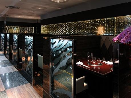 「叙々苑 仙台パルコ店」店内。スワロススキーをちりばめたガラスのパーティションで高級感を演出する