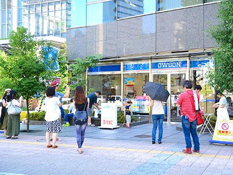 期間限定で「OWSON」として営業するローソン仙台柳町通店。初日から多くのファンが「聖地巡礼」に訪れていた