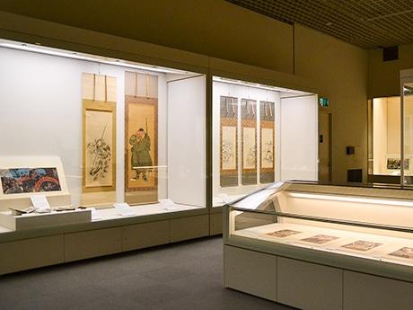 会場の様子。「水滸伝」に登場する豪傑たち108人の意外な姿を歌川国芳が描いた浮世絵も
