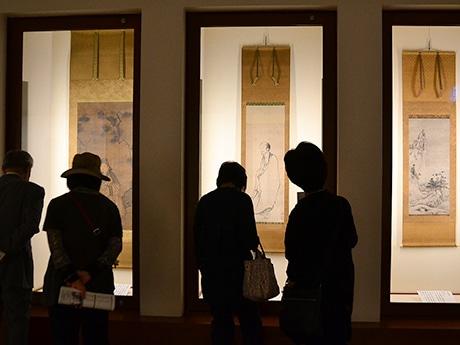 展示の様子。左から雪舟筆「渡唐天神図」、雪舟であるという説が有力な拙宗筆「出山釈迦図」「雪景山水図」