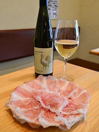 クラテッロ・コン・コテンナとサンダニエレ プロシュットに白ワインを合わせて。「日本酒とも合うので試してほしい」