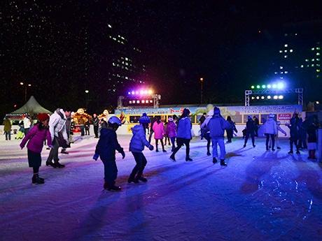 市民広場に今年も開設されたアイススケートリンク。カラフルなライトに照らされながらスケートを楽しむ来場者