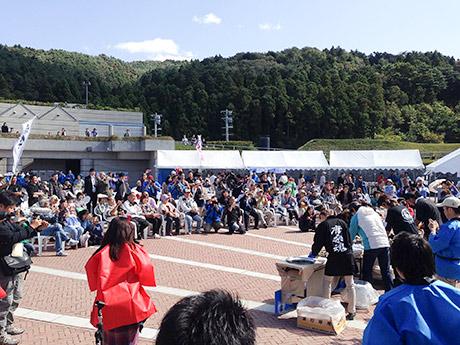 過去の「三陸オイスターフェスティバル」で行われた「牡蠣むき選手権」の様子