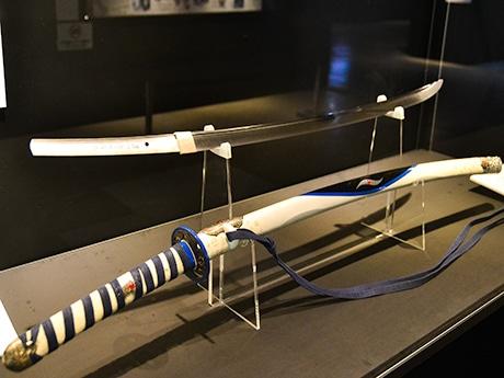 白を基調に綾波レイのプラグスーツやエヴァンゲリオンとのハーモニクスをモチーフに作られた「綾波レイ仕様 太刀」