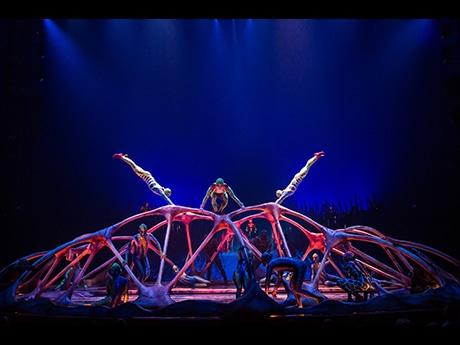 生命の起源をモチーフにした演目「カラベース」。カエルを体現したアーティストが交差しながら宙を舞う Photo: Matt Beard Costumes: Kym Barrett © 2014 Cirque du Soleil