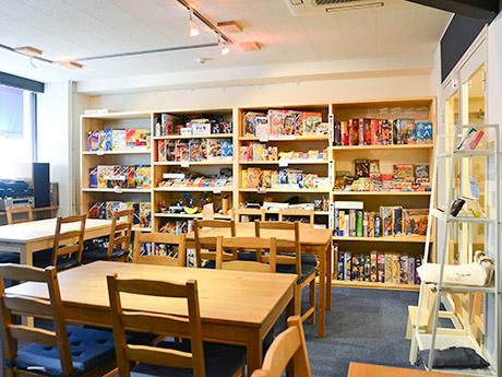 木目を基調に、入りやすい雰囲気を意識したという店内。棚には200種類のボードゲームが並ぶ