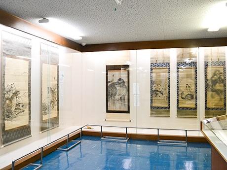 虎や犬、猫が描かれた掛け軸が並ぶ館内。作品と併せて動物の紹介も行う