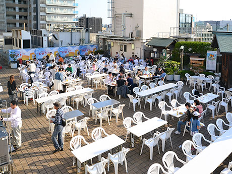 最高気温27度を超える暑さとなったオープン後初の日曜。16時のオープン直後に早くも50人以上が来場し、ビールを楽しんでいた