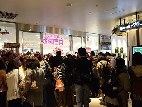 オープニングセレモニー後、開店直後の「成城石井」には客が殺到。数分で入場規制が敷かれた