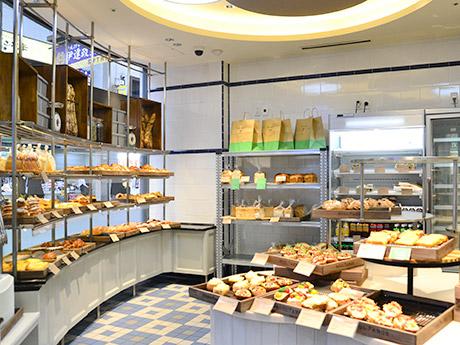 食パンやヴィエノワズリー、タルティーヌなど60~70種類が並ぶ店内