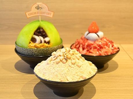 本国で一番人気という「きな粉餅ソルビン」(手前)と期間限定提供の「まるまるメロンあずきソルビン」(奥左)、「生いちごソルビン」