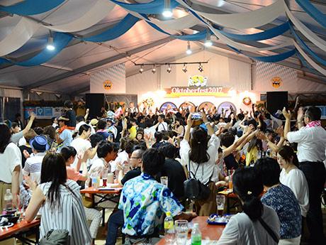 ドイツ民族音楽バンドの演奏で盛り上がるテント席の様子