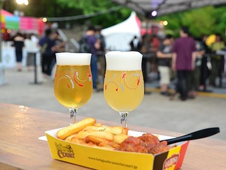 専用オリジナルグラスに注がれるビール。手前はブーレット&フリッツセット