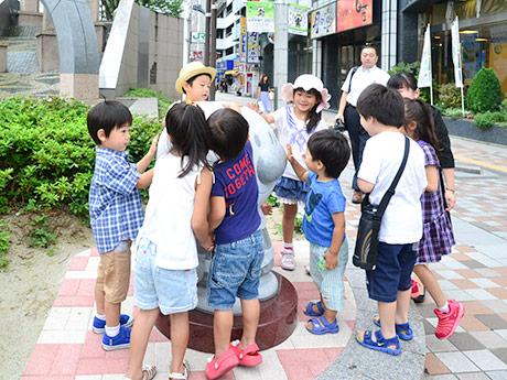 アンパンマンの石像に群がる子どもたち