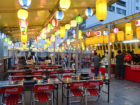 色とりどりのちょうちんが下がり、祭りのような雰囲気の中でビールとBBQを楽しめる