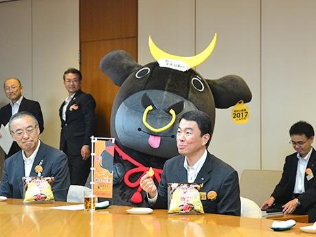 8月24日に宮城県庁で行われた商品発表会。村井嘉浩県知事(中央右)は「仙台牛独特の甘い脂分が出ていておいしい」と笑顔を見せた