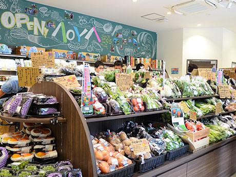 県産品を中心とした野菜や果物を、市場を通さず採れたその日に並べるという「AOYA」店内