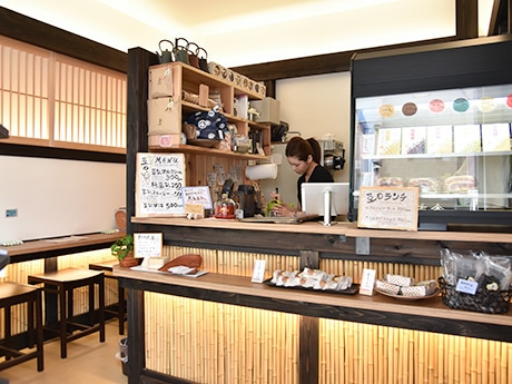 木目や竹などを使い和の雰囲気でまとめた「豆○」店内。「落ち着いた空間でゆっくりしていただければ」