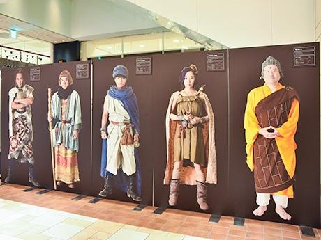 「勇者ヨシヒコ」メインキャラクターのパネル。左からダンジョー、メレブ、ヨシヒコ、ムラサキ、仏