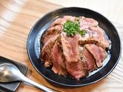 仙台・本町にステーキ丼&豚丼専門店 牛内モモ肉、豚バラ肉をふんだんに