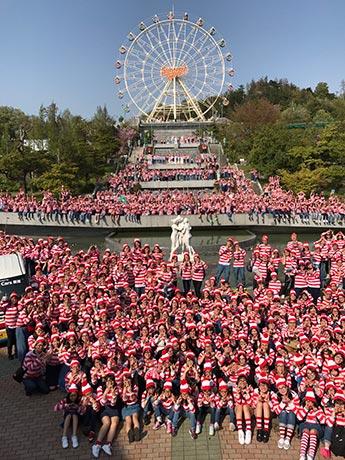 4月に新潟で行われた「ウォーリーラン」。観覧車を前に参加者全員で記念撮影 Where's Wally? ©DreamWorks Distribution Limited. All rights reserved.