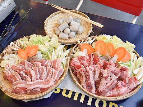 「東四芋煮ガーデン」の芋煮用の里芋と肉、野菜。仙台風の豚肉(左)と山形風の牛肉から選べる。写真はそれぞれ4~5人前