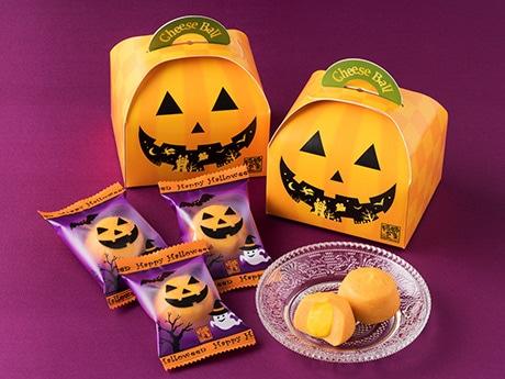 ジャック・オー・ランタンをあしらったパッケージで販売する「かぼちゃのチーズボール」