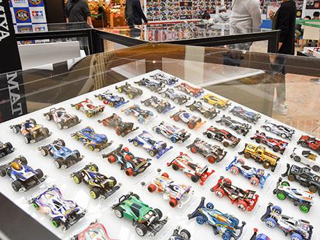 歴代ミニ四駆220台を一堂に並べた展示会場の様子
