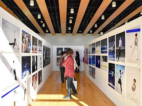 羽生選手の写真100点以上を時系列で展示するメイン会場「青葉の風テラス」