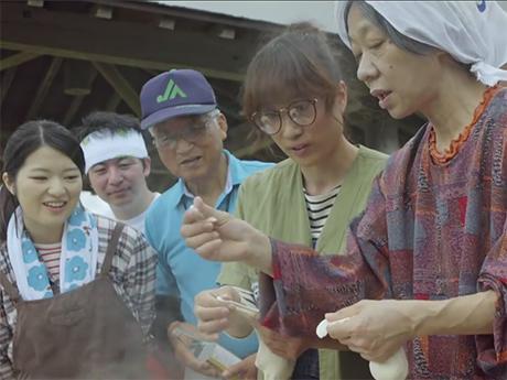 「登米無双2」の1カット。郷土料理「はっと」を作るトメたちの平穏な日常に再び魔の手が忍び寄る