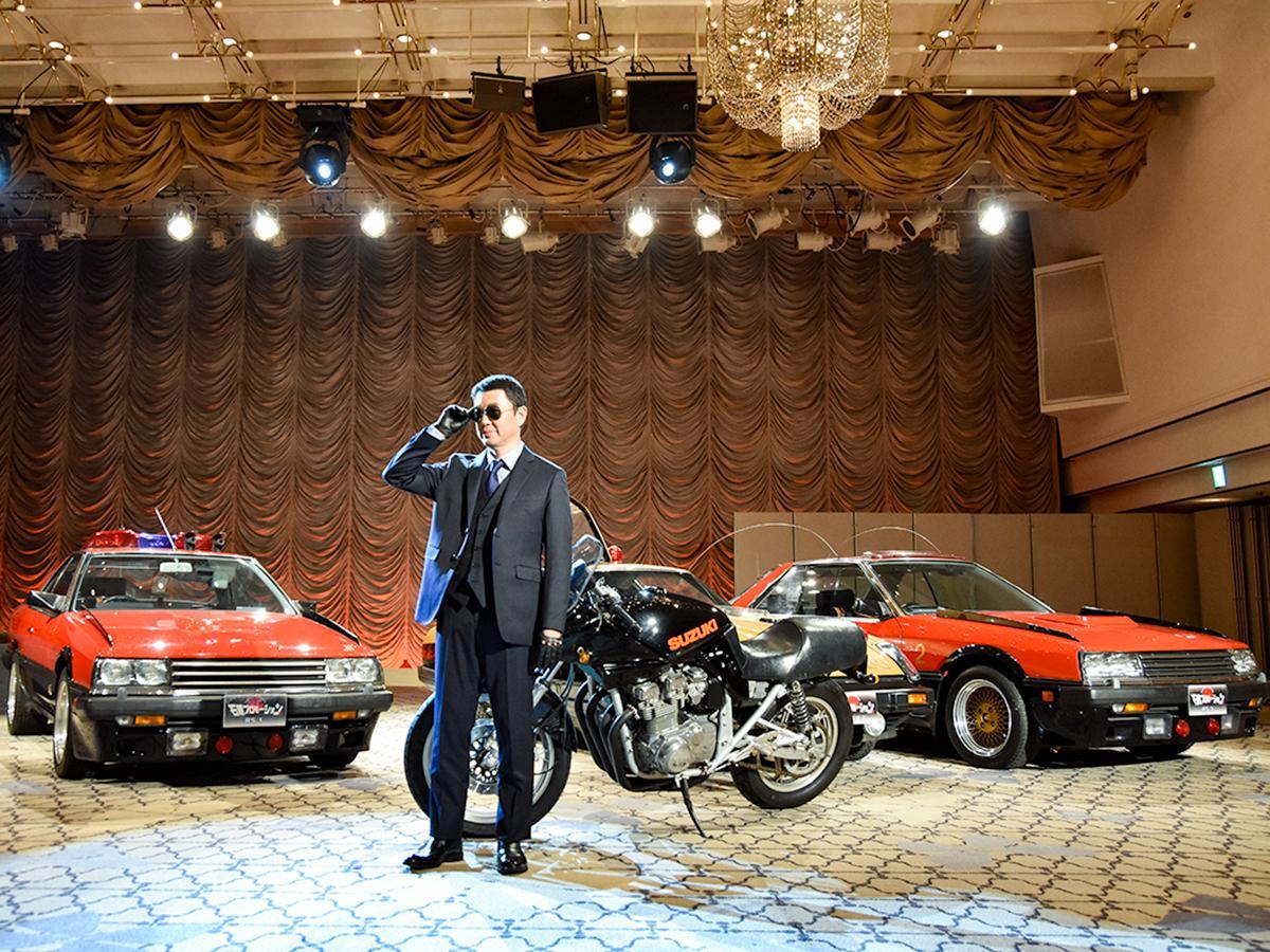 「宮城 冬の観光キャンペーン」記者発表会で、「西部警察」の車両から登場した村井知事