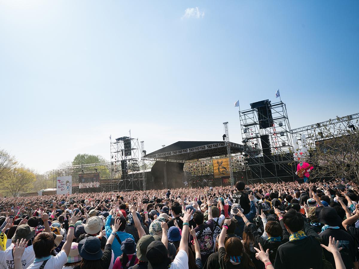今年の春に行われた「ARABAKI ROCK FEST.17」の様子。晴天に恵まれ、過去最多の延べ5万4000人を動員した