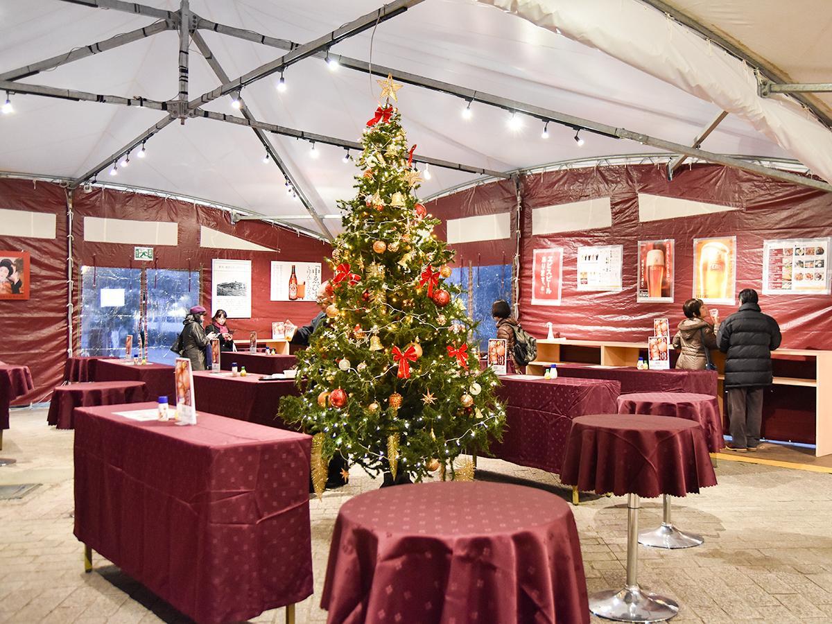 クリスマスツリーも飾られた「ヱビスバー」光のページェント店のテント内