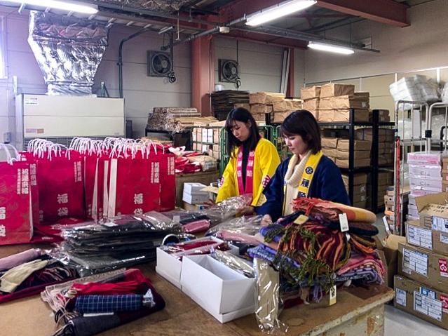 福袋に商品を詰める作業に追われる藤崎のスタッフ