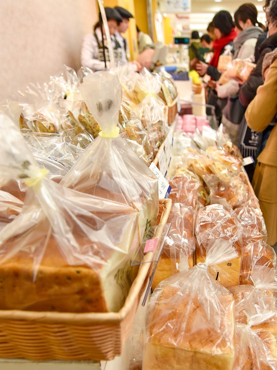 宮城・山形のパン店の人気商品が並ぶ会場の様子。初日から多くの女性客が訪れた