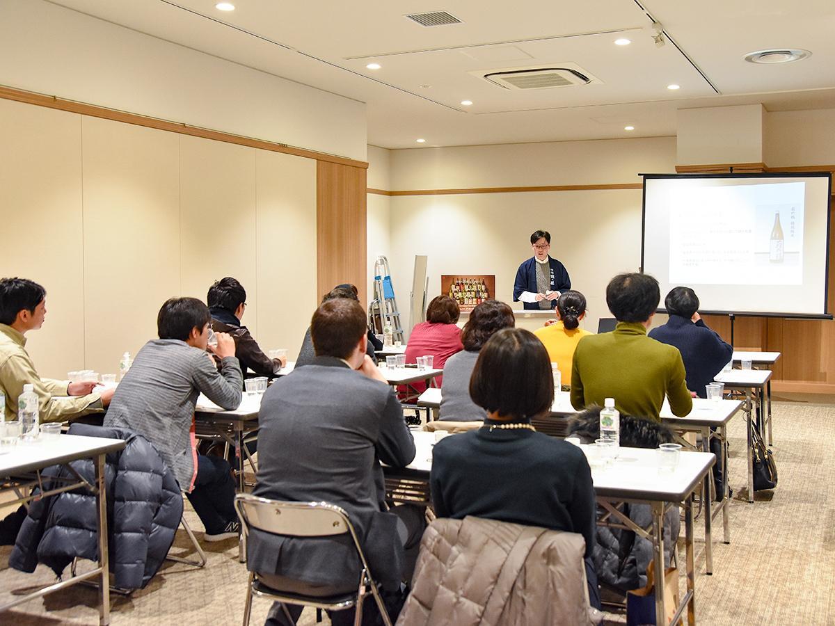 萩野酒造専務の佐藤曜平さんが講師を務めた「ほろよい日本酒セミナー」第1回の様子