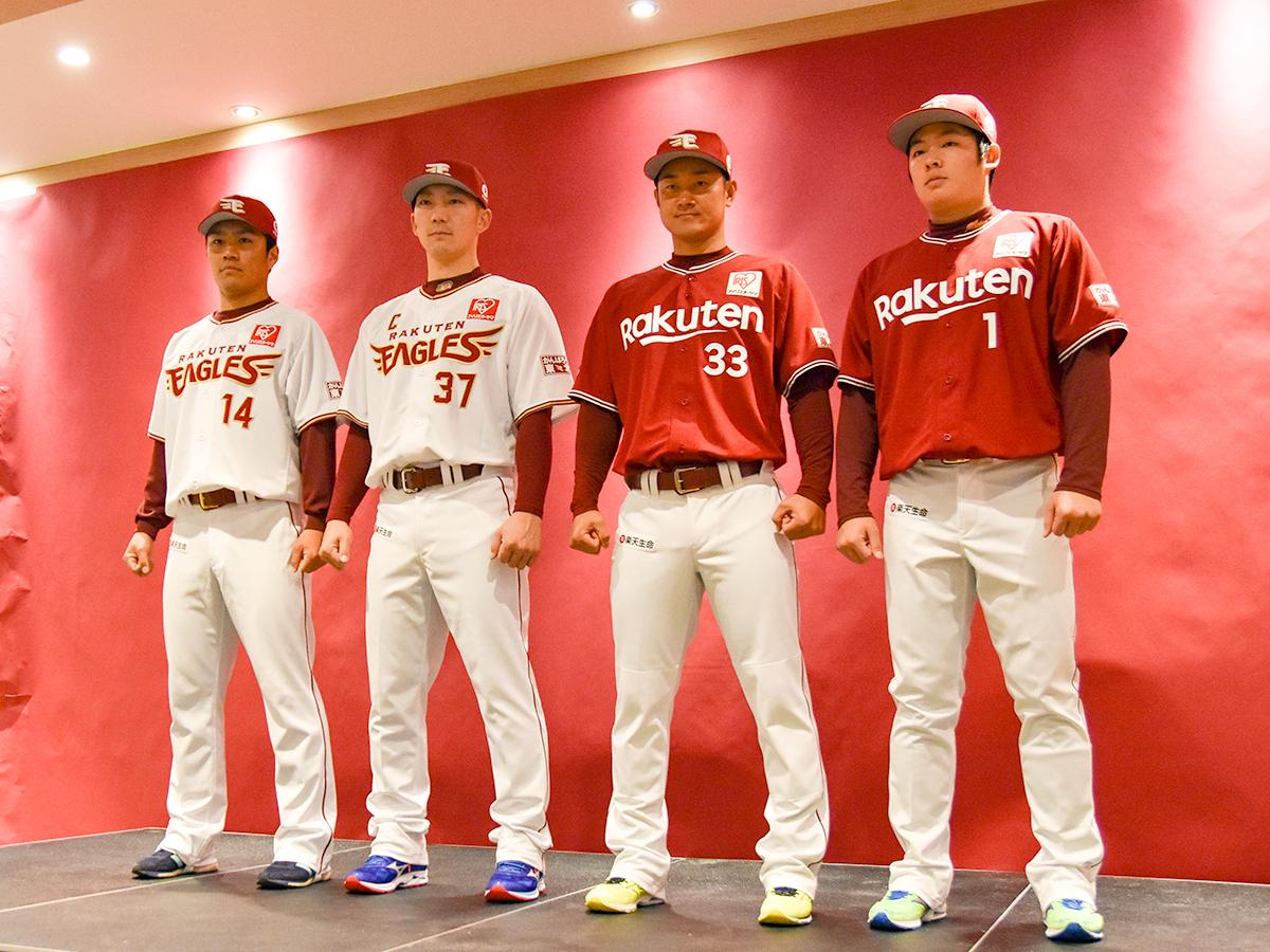 左から、ホームユニホームを着用した則本選手、嶋選手、ビジターユニホームの銀次選手、松井選手