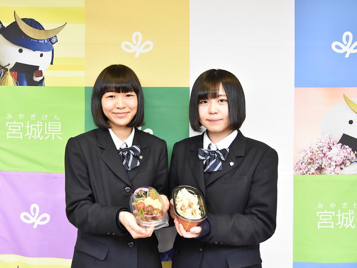宮城県知事賞受賞「希望の架け橋弁当」を考案した吉田さん(左)と熊谷さん。気仙沼高校に統合される気仙沼西高校最後の卒業生となる