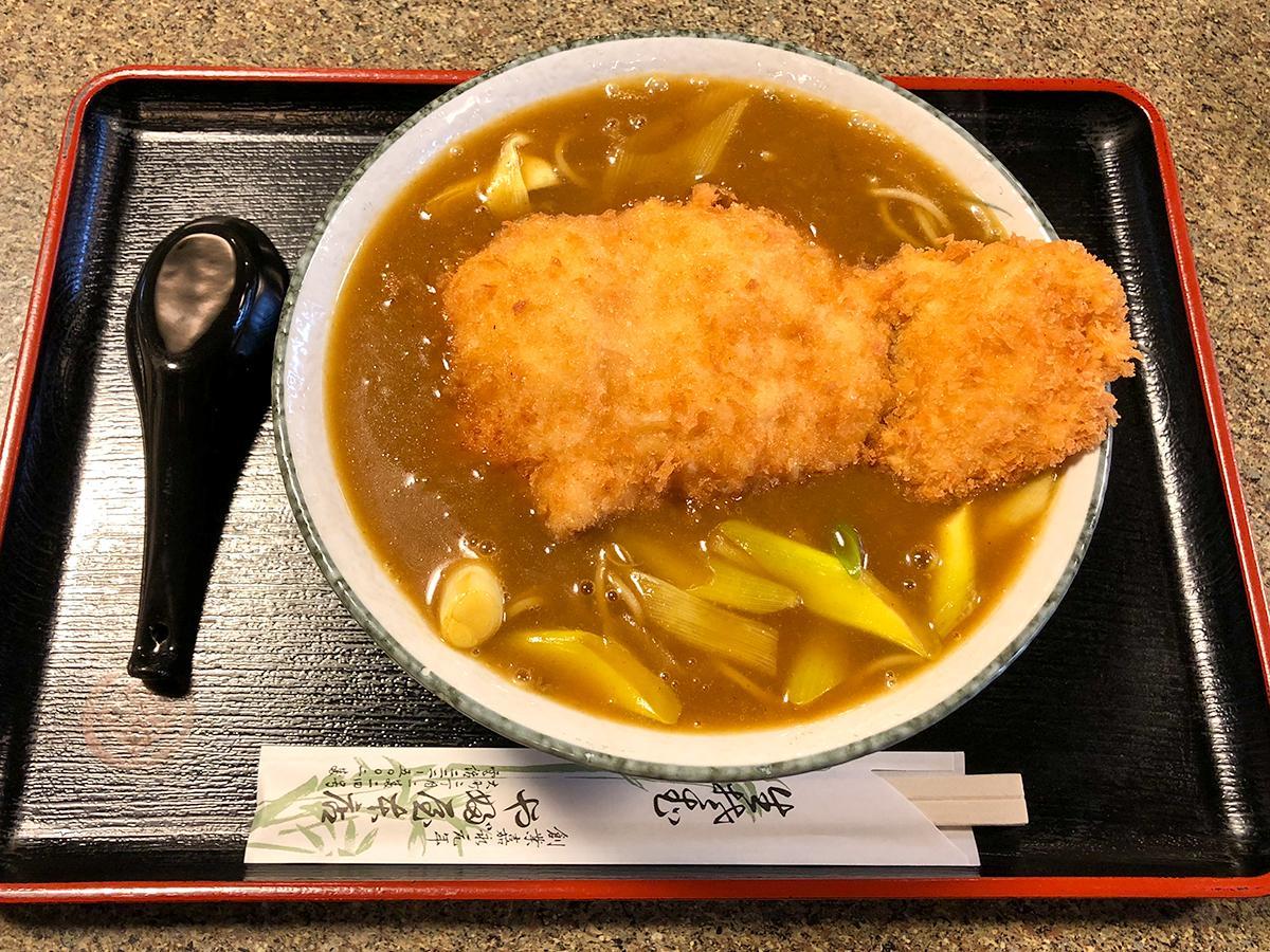 「やぶ屋 本店」で提供する「宮城カツカレー そば・うどん」(900円)。県産鶏むね肉を使ったチキンカツと仙台曲がりネギをのせた