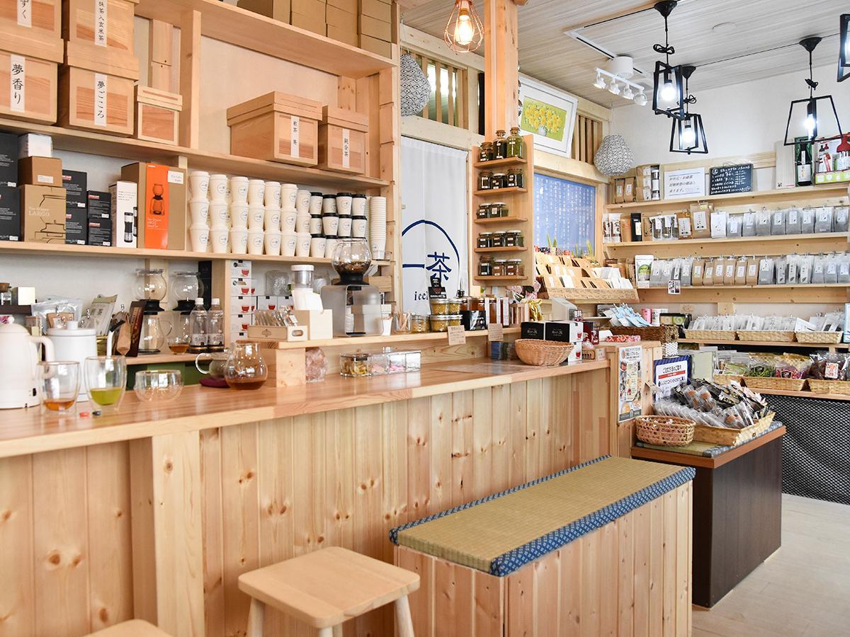 お茶カフェ「一茶」店内。カウンター席と販売スペース(右奥)を用意する