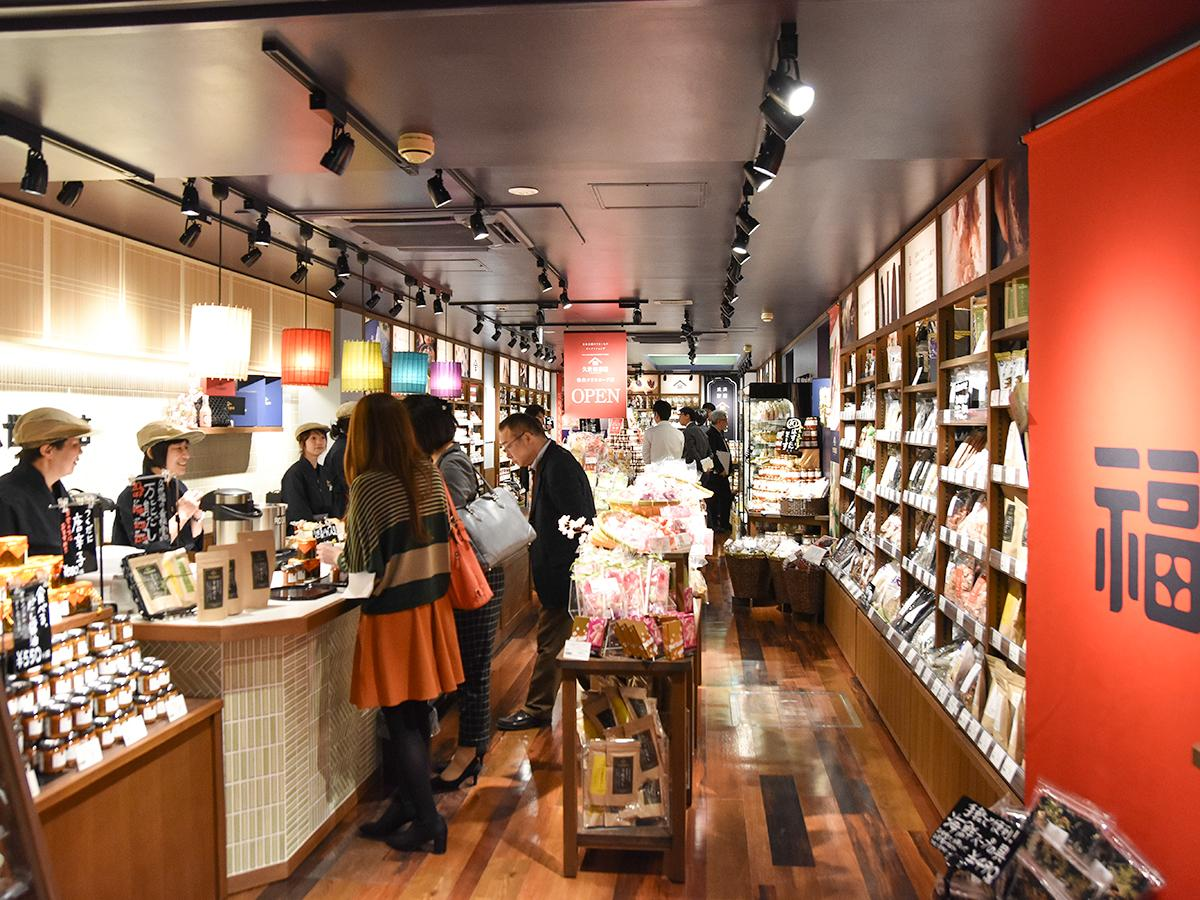 「久世福商店」仙台クリスロード店の店内。キッチンカウンターでは試食提供も行う