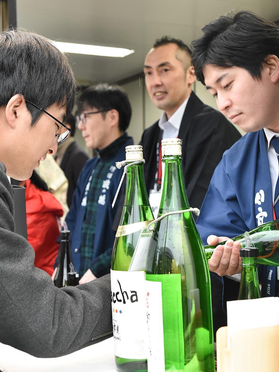 毎日異なる10蔵が並び、蔵元らが自慢の日本酒を注ぐ