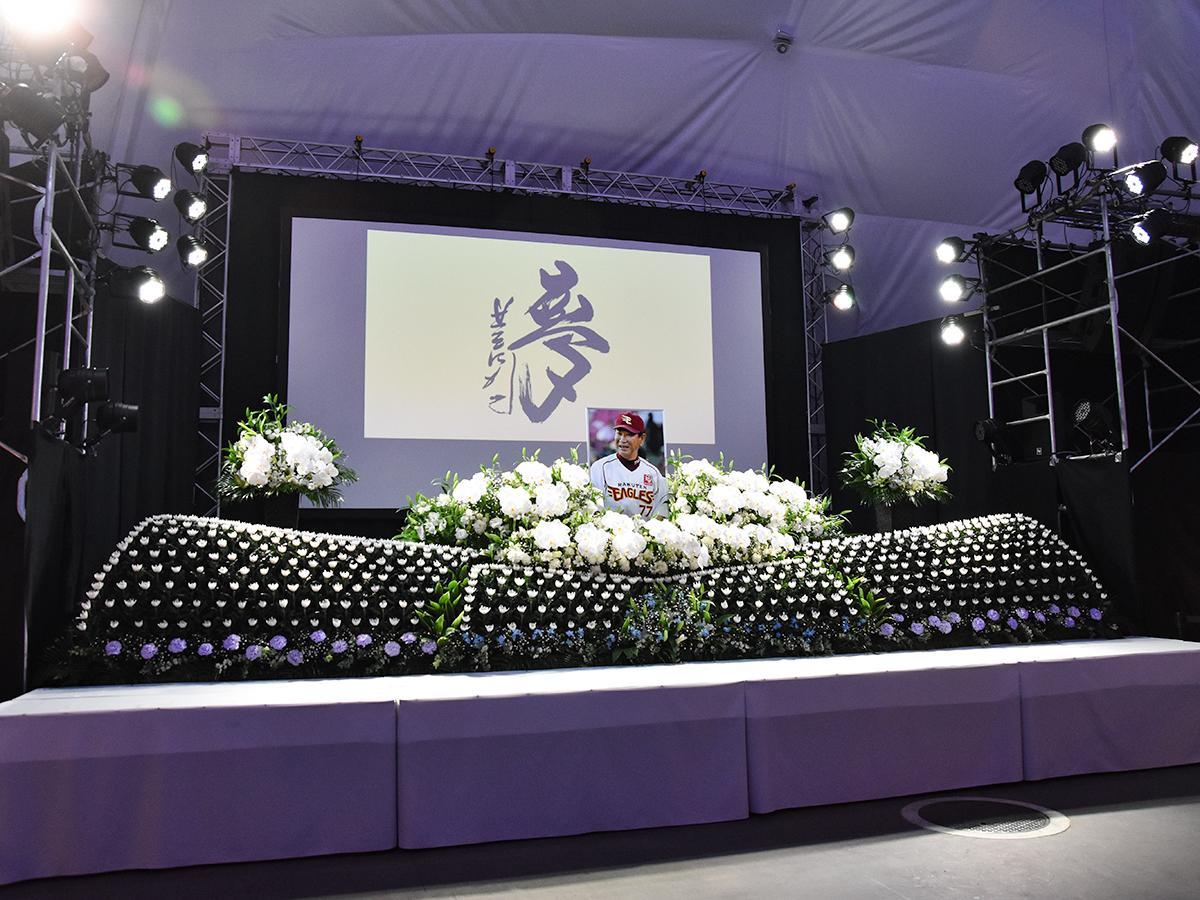 イーグルスドームに設置された献花台