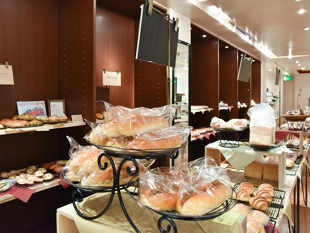 「おかしマルシェ」店内。パンは県内のブレッドパートナーから1日2回入荷する