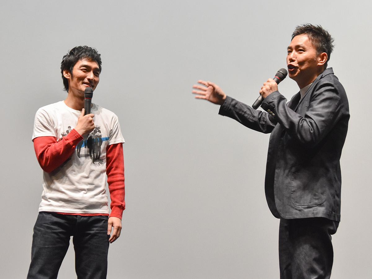舞台あいさつに立った草なぎさん(左)と太田監督