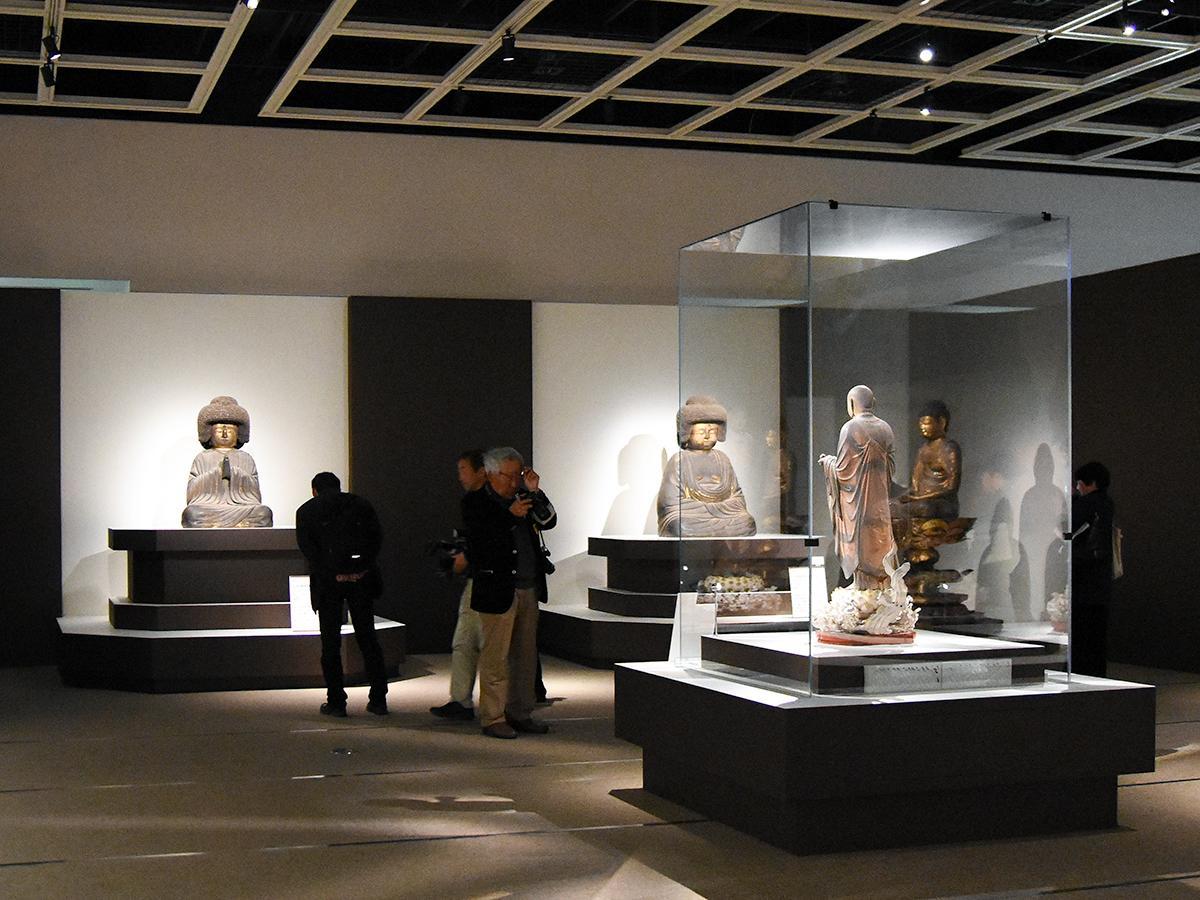「東大寺と東北」展示の様子。左は同展公式グッズにも使われている「重文 五劫思惟阿弥陀如来坐像 東大寺蔵」