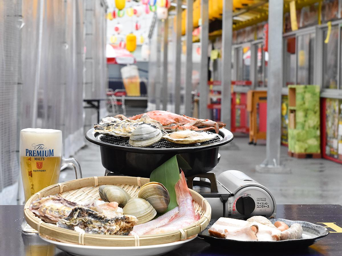 卓上カセットコンロの焼き網で朝市の生鮮食材を焼いて食べる「東四ビアガーデン」