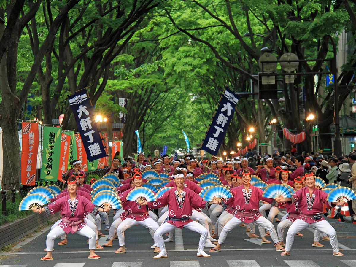 新緑まぶしい杜の都ですずめが舞い踊る「仙台・青葉まつり」