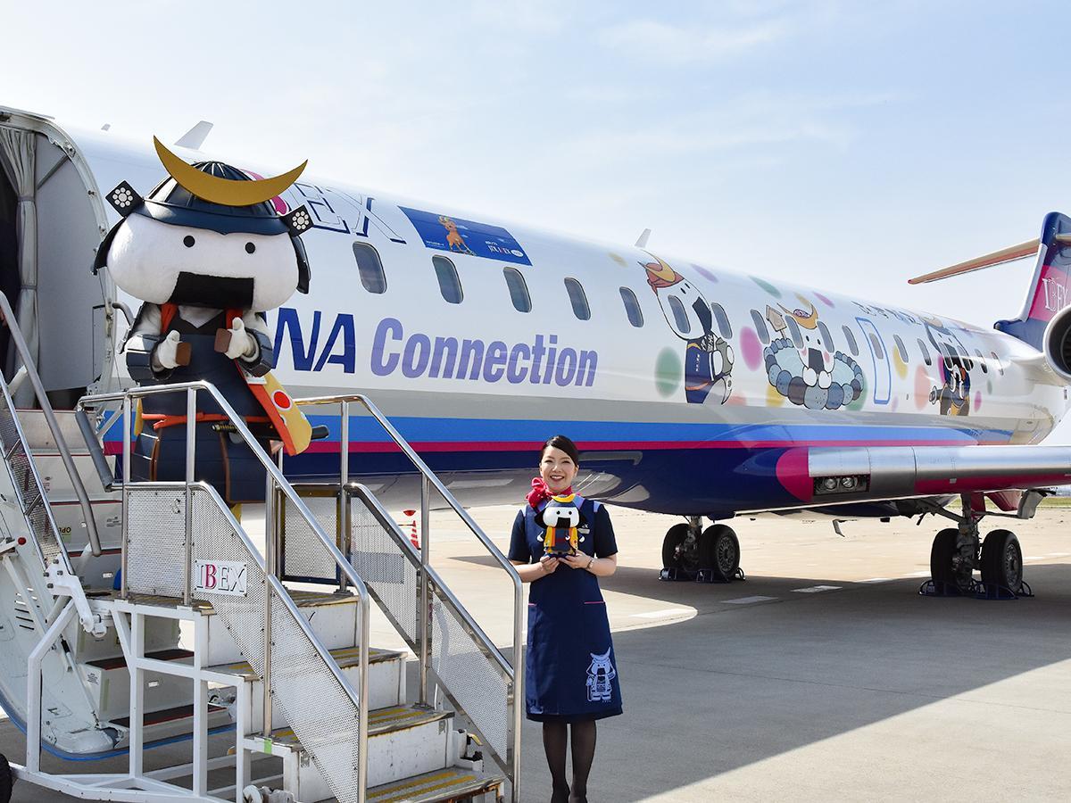 機体にむすび丸があしらわれた「むすび丸ジェット」。就航に合わせ、客室乗務員は特別デザインエプロンを着用する
