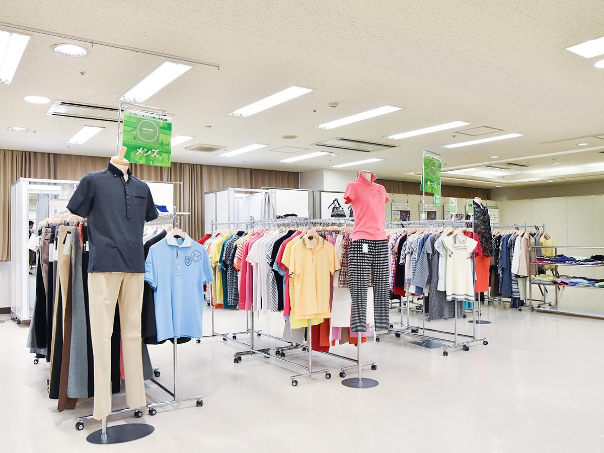 婦人服、紳士服、子ども服、服飾雑貨などオンワードブランドのリユース商品が並ぶ